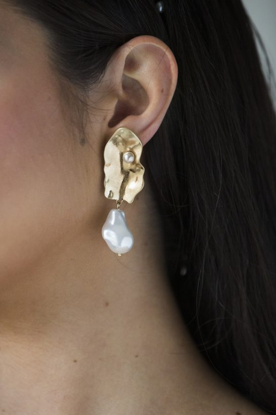 We are totally in love with this pair of earrings crafted in 18k gold electoplate and featuring a tiny pearl detail, and baroque pearl drop. Drawing from elements from nature, this design is synonymous with the stylish modern day bride. Subtle beauty is a part of your bridal look with these fine creations.