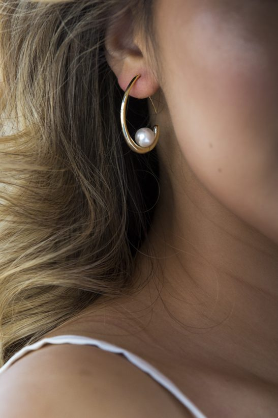 A stunning fashion earring mixing crystal and metal detail. Sometimes all go need to finish an outfit is the perfect earring.