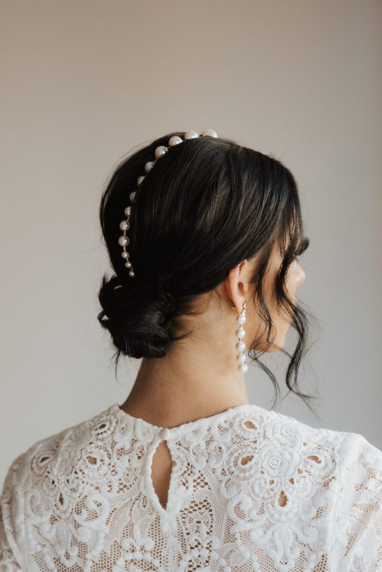 A structural and sleek design of earring that is different on each side. A fine gold line is adorned with 5 pearls on one side and 3 pearls on the other. The jeweler found the perfect mix of timelessness and sassy when these accessories were made.